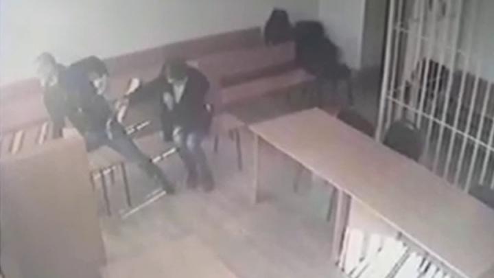Появилось видео побега новосибирца из зала суда