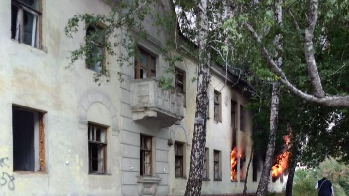 На Плановой загорелось двухэтажное здание
