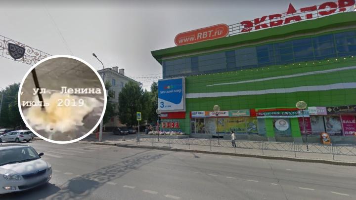 Очевидцы сняли на видео, как в центре Уфы забил новый фонтан — посреди дороги