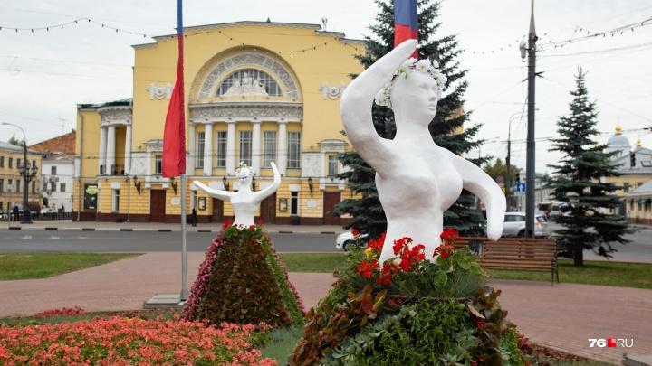 «Обидеть художника может каждый»: в Ярославле поставили клумбы с безрукими девушками