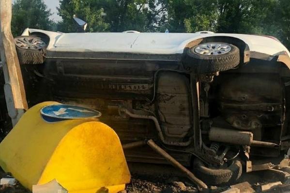 Автомобиль такси врезался в бордюрный камень и перевернулся