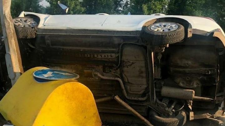 В Перми автомобиль такси перевернулся по дороге в аэропорт