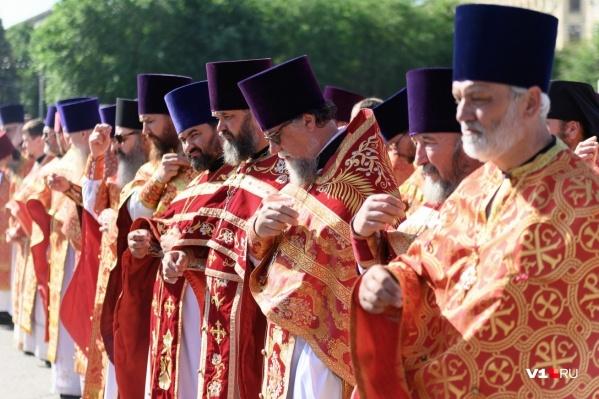 Мнение среди духовенства о поступке священников разделилось на два полярных