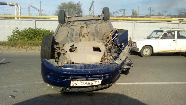 В Тольятти Lada Granta налетела на столб и перевернулась