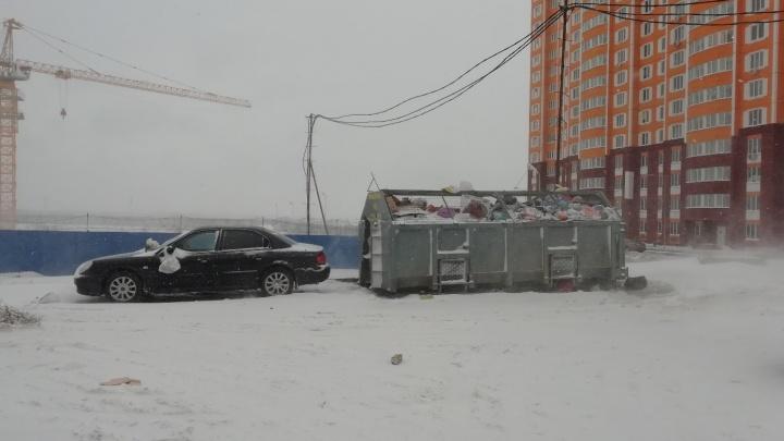 Мешаете вывозить мусор: ростовчан просят не парковаться рядом с контейнерами