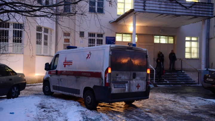 «Водитель сейчас на больничном»: на Химмаше хулиганы напали на бригаду скорой помощи