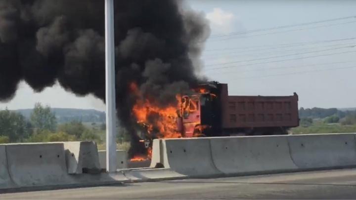 Пожар в прямом эфире: на строящемся участке ЕКАД полыхал китайский грузовик