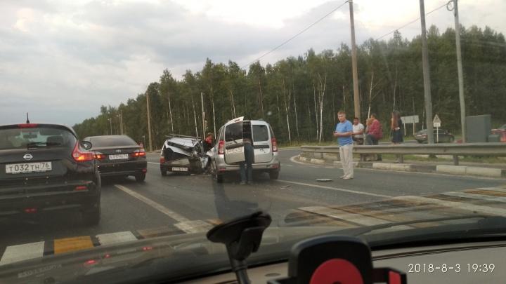 Пассажира зажало в «Оке»: на трассе в Ярославской области разбились две машины