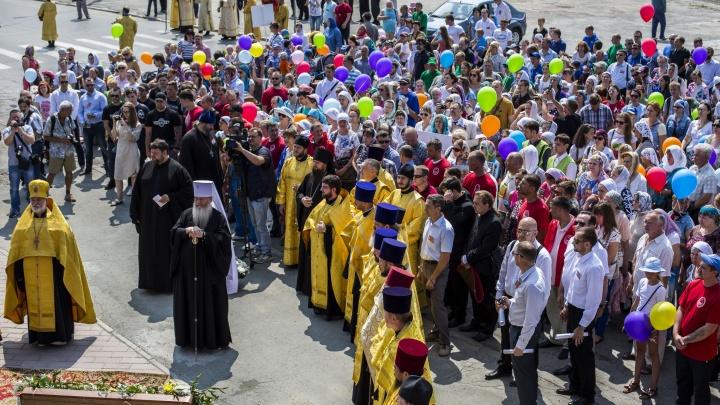 Сотни человек прошли по центру Новосибирска ради любви и верности