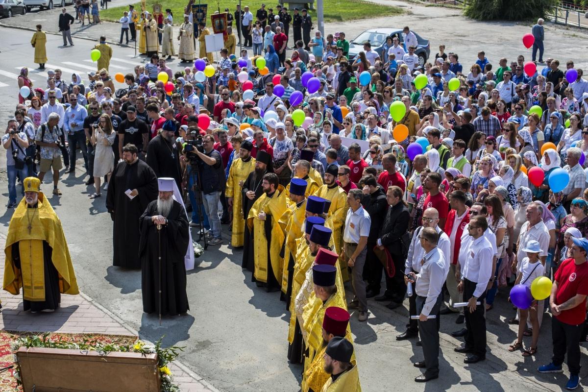На шествие у собора во имя Александра Невского собралось около 700 верующих