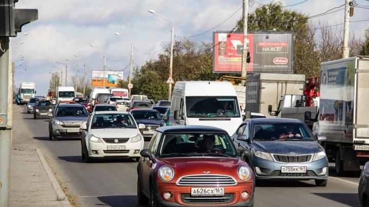 Под Ростовом образовалась 13-километровая пробка: столкнулись грузовик и джип с катером в прицепе