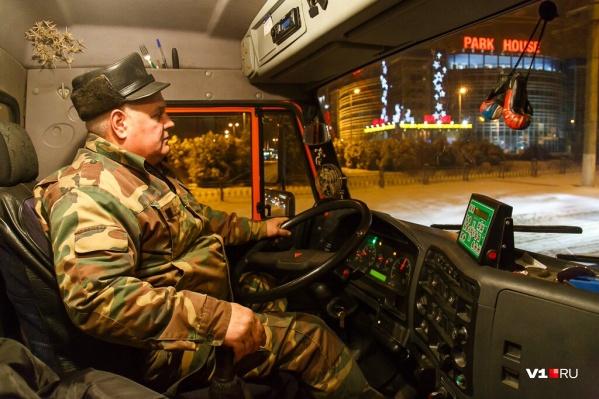 Коммунальщики начали убирать дороги еще ночью