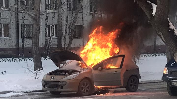 На проезжей части в Тюмени вспыхнул и сгорел Peugeot