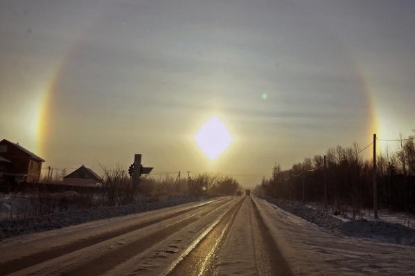 Несколько дней подряд из-за морозов в Новосибирске наблюдали гало — это фото сделано сегодня утром в Пашино