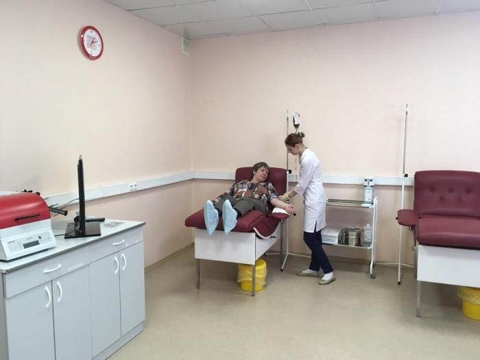 В новом дневном стационаре пациентам переливают компоненты крови. Больные находятся здесь по 4–5 часов