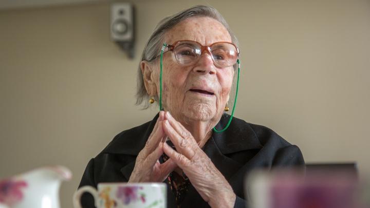 Копается в огороде, составляет кроссворды и читает стихи наизусть: 100-летняя уфимка — о долголетии
