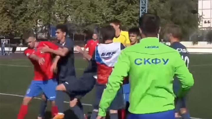 В ход пошли кулаки: в донской столице на поле подрались футболисты