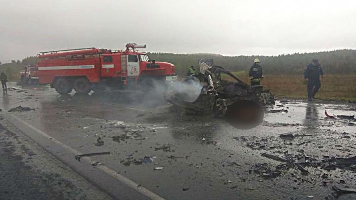 Смертельная авария в Салаватском районе Башкирии: один из автомобилей выгорел дотла