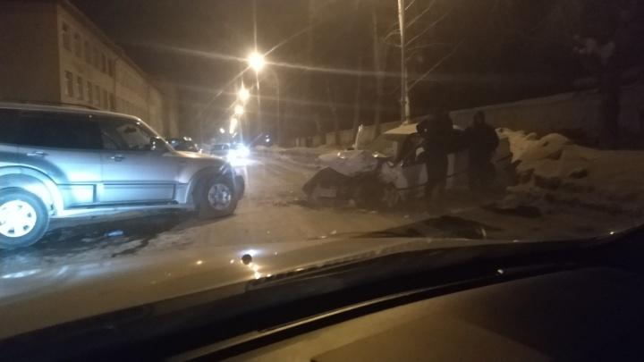 «Разбито лобовое»: две иномарки столкнулись на улицеВасилия Старощука