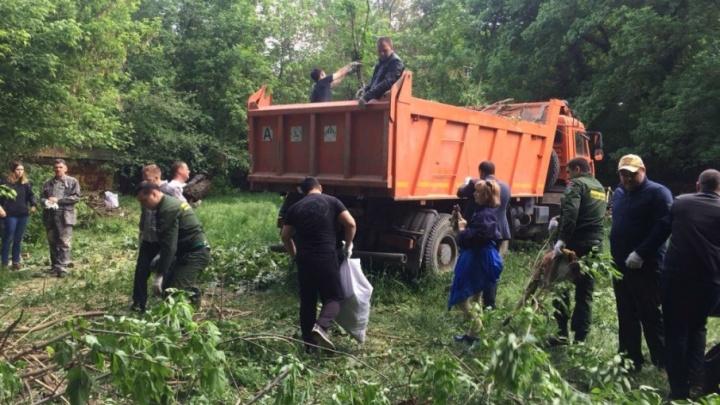 «Вывозим мусор грузовиками»: ростовчане превратили пляж на Голубом озере в помойку