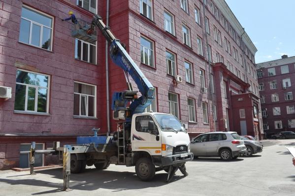 Ремонт фасадов первого корпуса и общежитий в НГТУ приурочили к Молодёжному чемпионату мира по хоккею, который пройдёт в Новосибирске через четыре года