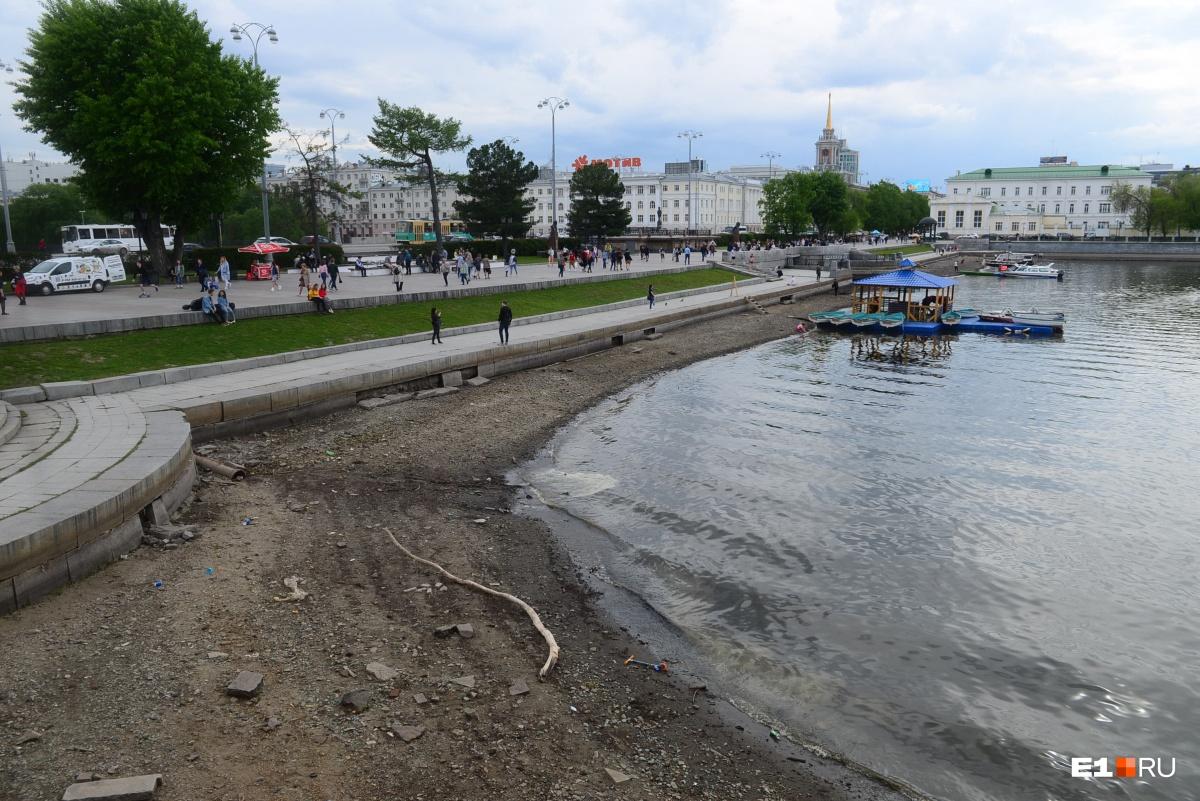 Причина — в храме на воде? Екатеринбуржцы связали падение уровня воды в городском пруду со стройкой