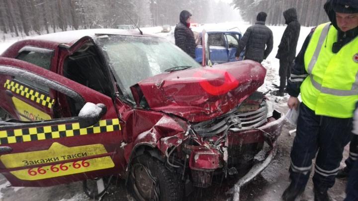 Выбило окна и погнуло бампер: в ДТП с такси есть пострадавшие