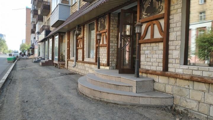 «Вам надо — делайте»: после ремонта магазин на Ленина оставили со ступенькой в полметра и дырами