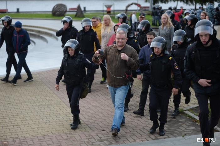 Корреспондента в Екатеринбурге задержали во время прямого эфира, который он вел