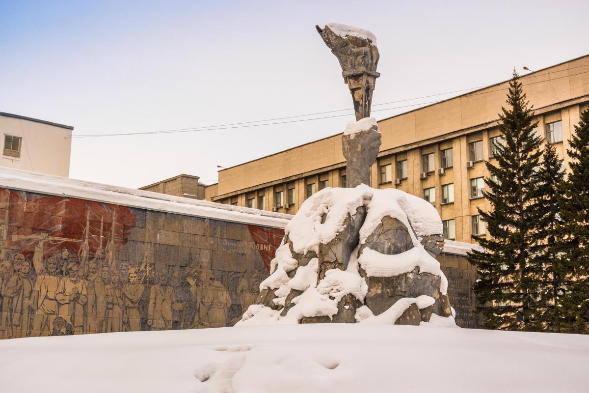 Скульптура руки с факелом долгое время считалась одним из символов Новосибирска