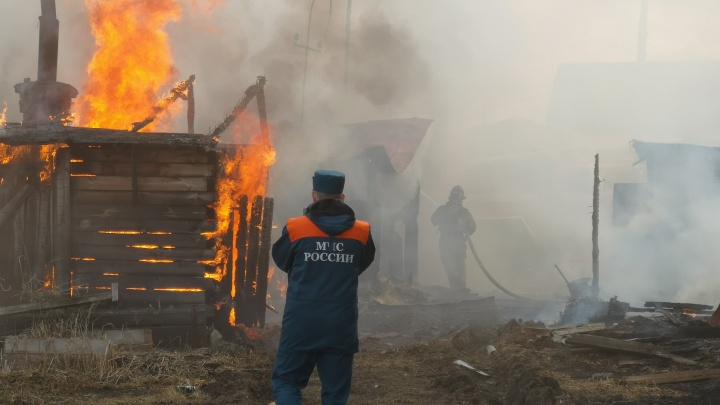 Под Тюменью 20-летний мужчина убил двух спящих соседей, поджег их дом