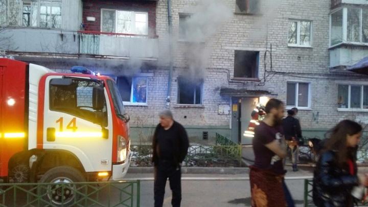 Из горящего дома на Геологоразведчиков эвакуировали несколько десятков людей