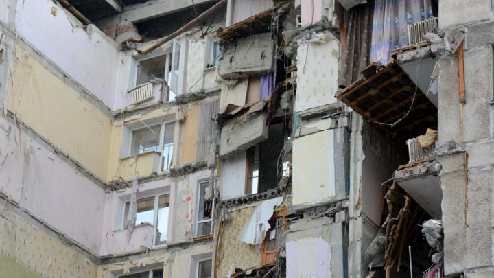 «Трещины по потолку»: жители дома, где взорвался подъезд, боятся возвращаться в свои квартиры