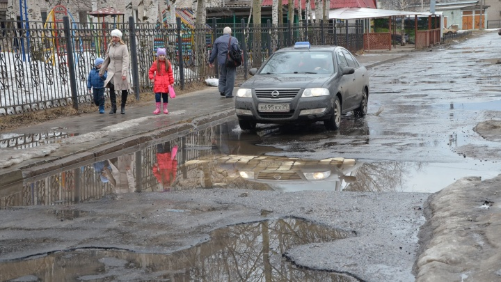«Самые впечатляющие уже заливают»: власти Архангельска взялись за борьбу с ямами на дорогах