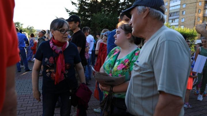 «Надоело умирать»: показываем, как сотни красноярцев митингуют против «черного неба»