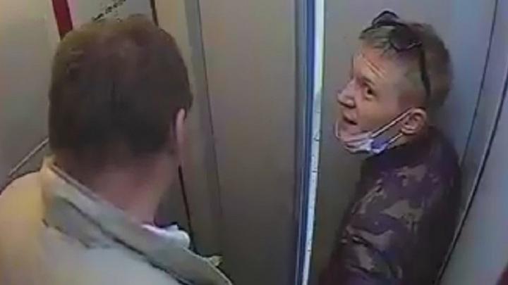 В Екатеринбурге вор в медицинской маске утащил велосипед из подъезда