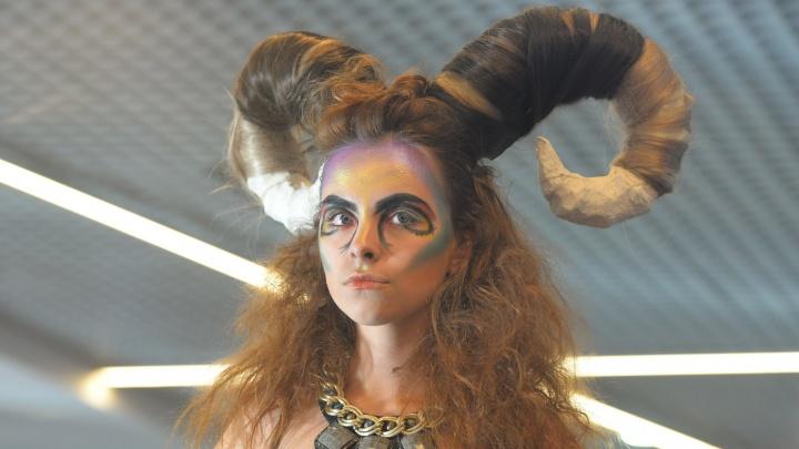 Накрутить рога, одеть в листья, раскрасить под хохлому: 15 сумасшедших образов фестиваля красоты в Екатеринбурге