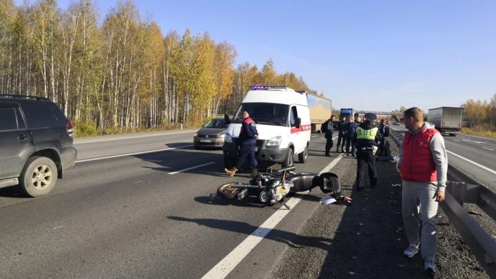 На Пермском тракте на скорости опрокинулся байкер, его пассажирку увезли в больницу