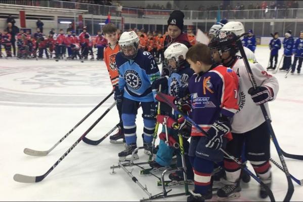 Матвей выехал на лёд при помощи вертикализатора «Катюша» — капитаны команд ему помогали