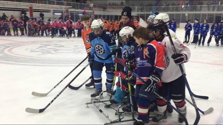 Впервые на льду —и сразу такое: 9-летний мальчик с ДЦП открыл международный хоккейный турнир