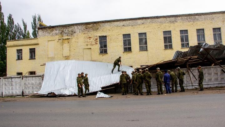 Сильный ветер снёс крышу со здания воинской части на Старой Московке