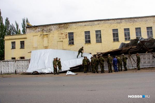 Военнослужащие решили убрать последствия происшествия самостоятельно