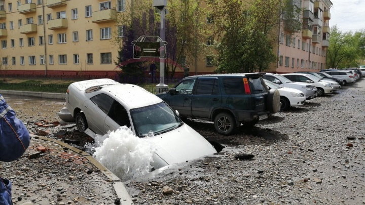 На Юности во время гидравлических испытаний машина ушла под асфальт в фонтан с водой