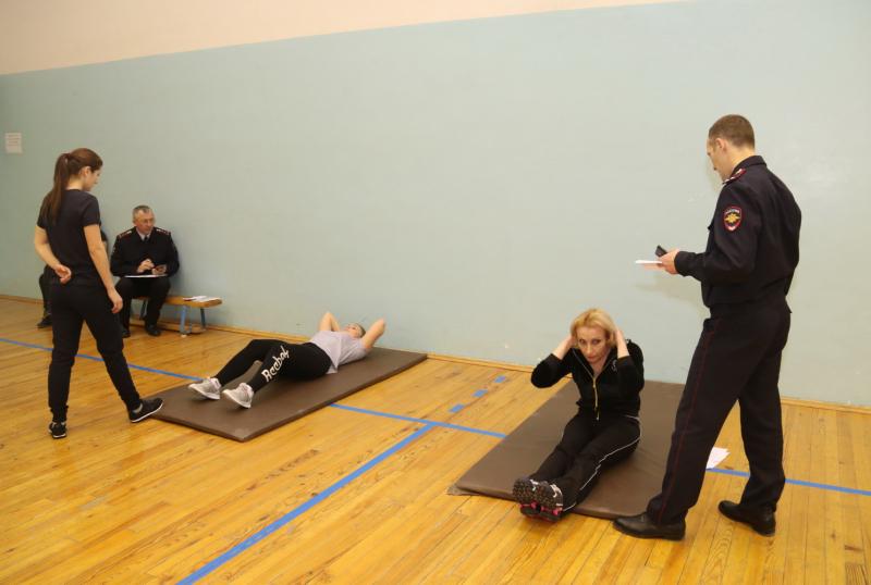 Сотрудницы во время соревнований по физподготовке