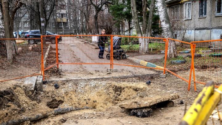 Дом на улице Генерала Ивлиева обнесли «противоавтомобильным» рвом и не дают жителям выехать