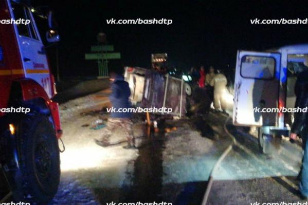 На месте аварии работали спасатели МЧС