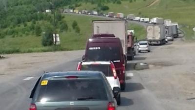 От жары плавится асфальт: большегрузы не пускают на трассу «Урал»