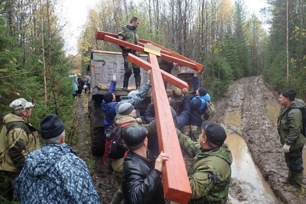 До места установки нужно было везти крест 30 километров по бездорожью