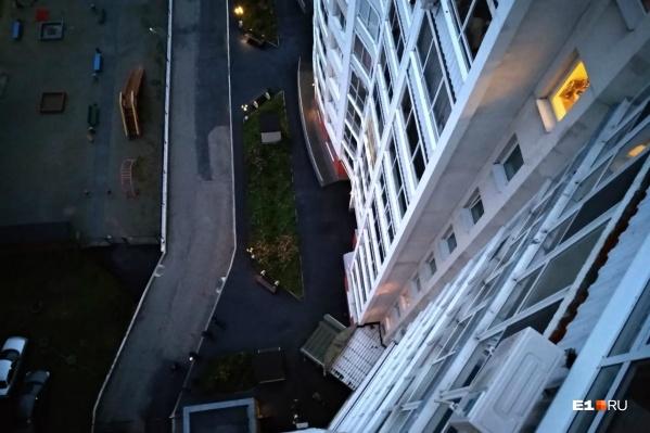 До падения мужчина был на балконе, на предпоследнем этаже