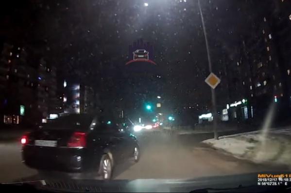 Водитель начал поворачивать направо со второго ряда